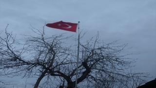 Memleketine gelemediği için değiştiremediği yıpranmış bayrak Kaymakamlıkça yenilendi