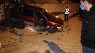 Balıkesir'de otomobil evin bahçesine devrildi 3 kişi yaralandı