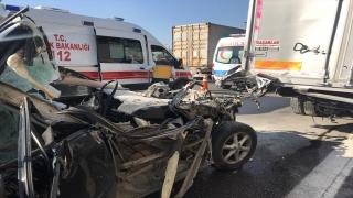Anadolu Otoyolu'nda otomobil kamyonla çarpıştı