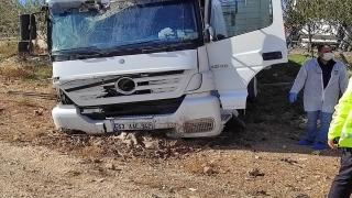 Mardin'de duraktaki panoya afiş asarken tırın çarptığı işçilerden biri hayatını kaybetti, diğeri yaralandı