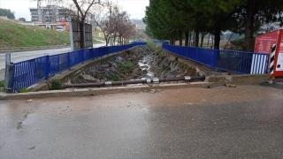 İzmir'de köprünün demir korkulukları çalındı