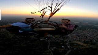 Manisalı yamaç paraşütçüler havada tavla oynadı