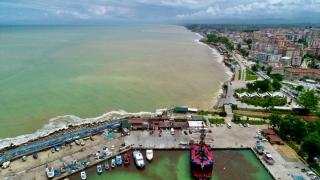 Akçakoca'da yağış sonrası oluşan çamurlu su denizin rengini değiştirdi