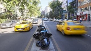 Ankara'nın Çankaya ilçesinde toplu iş sözleşmesini protesto eden işçiler çöpleri toplamadı