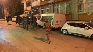 Bursa'da bir evin balkonundan rastgele ateş açan kişi ikna edilmeye çalışılıyor
