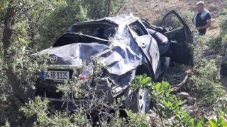 Erzincan'da uçuruma devrilen otomobildeki 3 kişi yaralandı