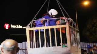 İzmir'de otomobil metro inşaatındaki 25 metrelik boşluğa düştü: 2 ağır yaralı