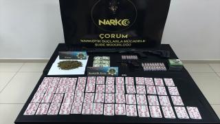 Çorum'daki narkotik operasyonunda uyuşturucu ile bir dolarlık banknotlar ele geçirildi