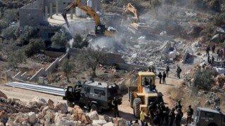 Terör Devleti İsrail askerleri Batı Şeria'da Filistinlilere ait yapıları yıktı