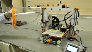 Hastanede geliştirdikleri 3 boyutlu yazıcıyla yüz korucuyu siperlik üretiyorlar