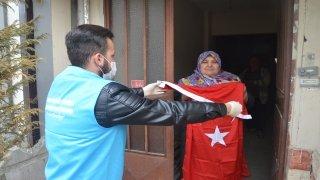 Evinden çıkamayan vatandaşın Türk bayrağı isteği gerçekleştirildi