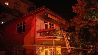 Evlerinde çıkan yangında mahsur kalan yaşlı çifti itfaiye ekipleri kurtardı