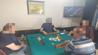 Ekipler mühürlemek için gittikleri iş yerinde 4 kişiyi okey oynarken yakaladı