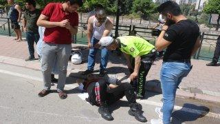 """Trafik kazasında yaralanan polislere tişörtle """"güneş koruması"""""""