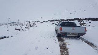 Kar yağışı nedeniyle yaylada mahsur kalan çobanlarla sürü kurtarıldı