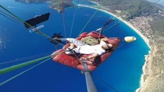 Yamaç paraşütüne bağlanan koltukta gökyüzünde televizyon izledi