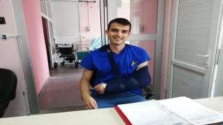 Kolu kırılan doktor vatandaşların mağdur olmaması için çalışmaya devam ediyor