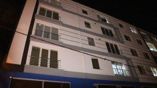 Dördüncü katın balkonundan düşen bebek ağır yaralandı