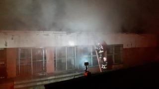 Aydın'da yıkım kararı bulunan spor salonunda çatı yangını