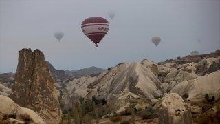 """Kapadokya'da balonlar """"sis denizi""""nde uçtu"""