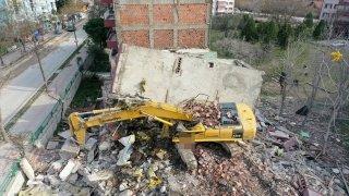 Edirne'de yıktığı apartmanın parçalarının altında kalan kepçenin operatörü yaralandı