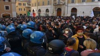 İtalya'da küçük işletme sahipleri, Kovid19 tedbirlerini protesto etti