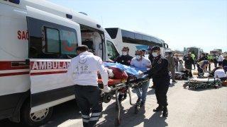 Manisa'da otomobil tıra arkadan çarptı: 5 yaralı