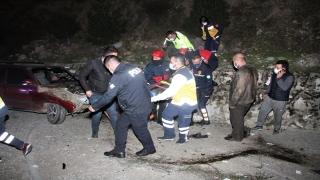 Manisa'da bir tekerinin kopması sonucu şarampole devrilen otomobilin sürücüsü ağır yaralandı
