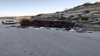 Burdur'da ev eşyası taşıyan kamyonet devrildi: 1 ölü, 2 yaralı