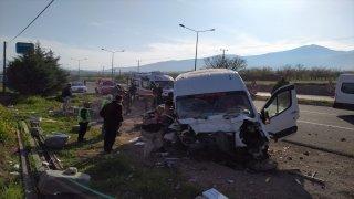 Malatya'da yolcu minibüsü bariyerlere çarptı: 8 yaralı