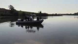 Adana'da balık tutmak için baraj gölüne açıldıkları tekne batan 2 kişiden biri kayboldu
