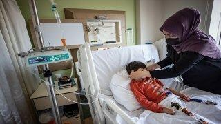 Sağlık çalışanlarının şefkatli elleri, Kovid19'lu çocuk hastaların da üzerinde