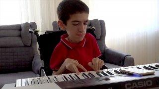 SMA hastası 17 yaşındaki Umut, hayata müzikle tutunuyor
