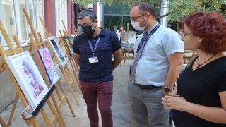Aydın'da sağlık çalışanlarına moral için yapılan resimler hastanede sergilendi