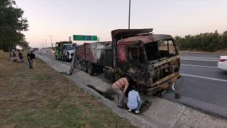 Çatalca'da bariyerlere çarparak alev alan kamyondaki yangın söndürüldü
