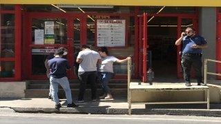 İzmir'de market müdürünü bıçaklayan, bir çalışanı da bıçakla kovalayan kişi polise teslim oldu
