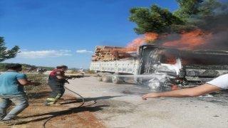 Muğla'da tomruk yüklü kamyon yandı